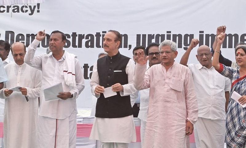 بھارت کی 9 اپوزیشن جماعتیں مقبوضہ کشمیر کی صورتحال پر احتجاج کے لیے اکٹھی ہوئیں —تصویر: اے پی