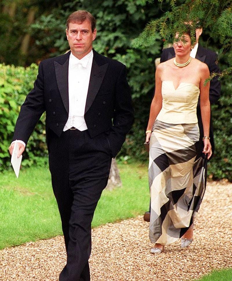 شہزاہ اینڈریو 2000 میں گیسلین میکسویل کے ہمراہ شادی کی تقریب میں شرکت کے لیے جا رہے ہیں—فوٹو: دی مرر