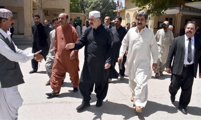 QUETTA: Former chief minister of Balochistan Nawab Sanaullah Zehri arrives at the sessions court on Saturday.—INP