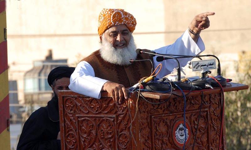 مولانا فضل الرحمٰن نے پارٹی کے دو روزہ اجلاس کے بعد میڈیا کو آگاہ کیا—فائل/فوٹو:ڈان