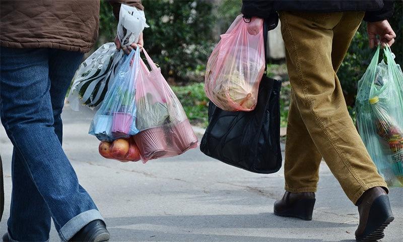 پلاسٹک کی روک تھام کے لیے ملک بھر میں مختلف وقتوں میں مہم چلتی رہیں—فوٹو شٹر اسٹاک