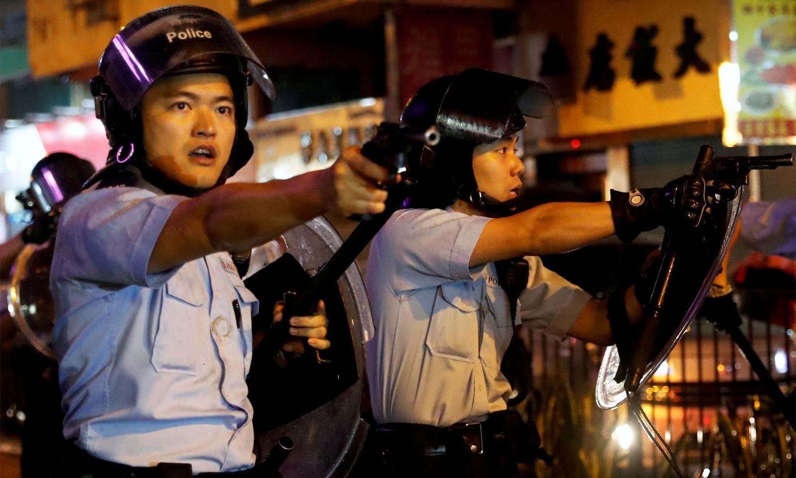 پولیس نے مظاہرین پر پہلی مرتبہ پستول تانی—فوٹو: رائٹرز