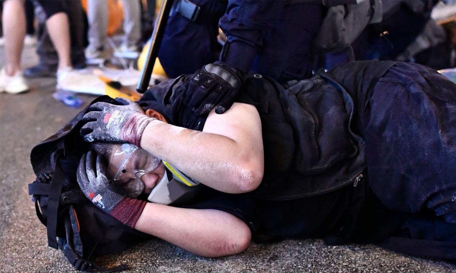 پولیس نے کئی مظاہرین کو حراست میں لے لیا—فوٹو: اےایف پی