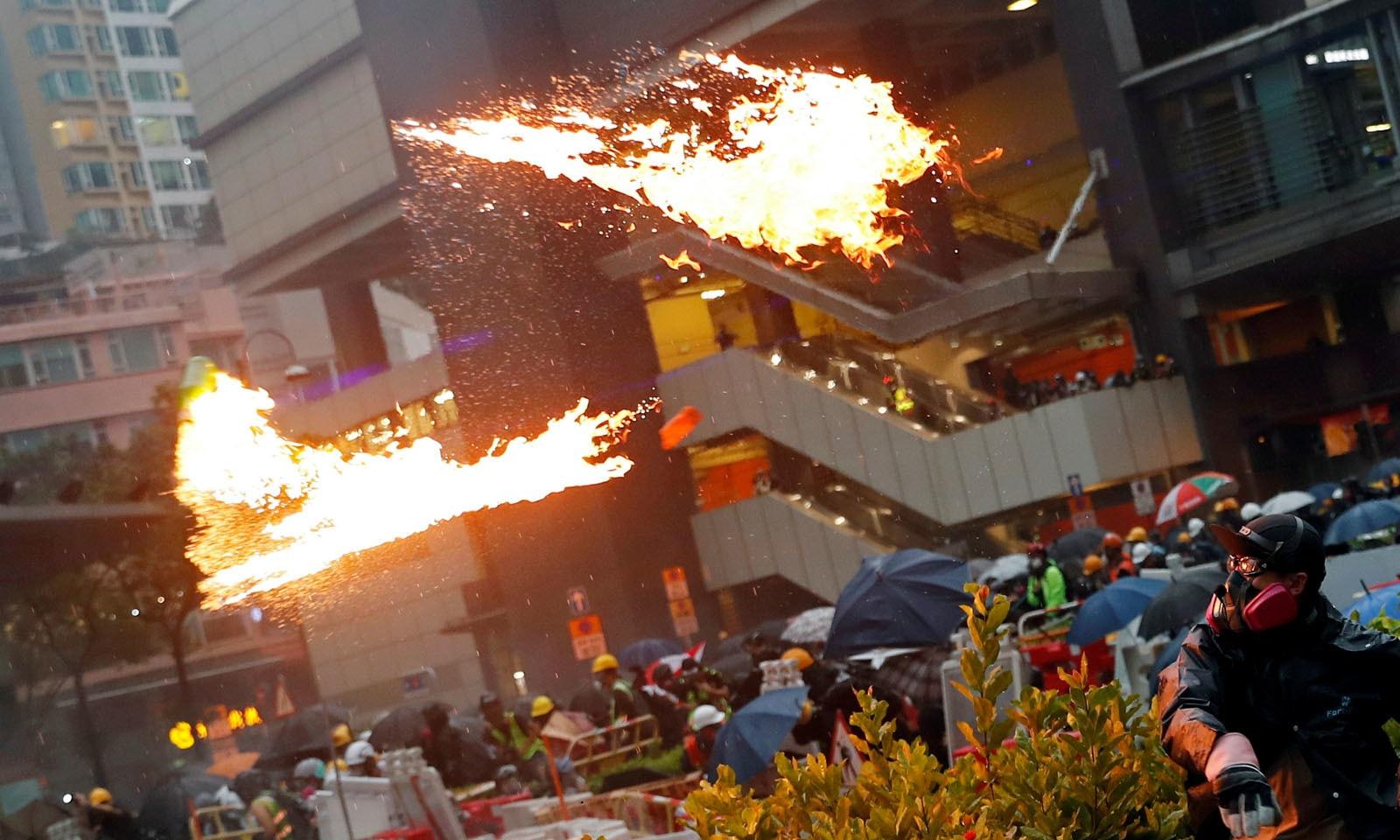 مظاہرین کی جانب سے پارلیمنٹ میں برطانوی جھنڈا لہرایا گیا جبکہ دیواروں پر 'ہانگ کانگ، چین نہیں ہے' لکھا گیا تھا—رائٹرز
