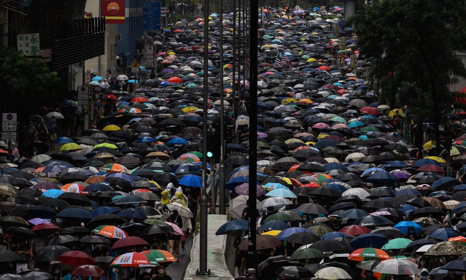 ہانگ کانگ میں مظاہرین کی تعداد میں مسلسل اضافہ ہورہا ہے—فوٹو: اےایف پی