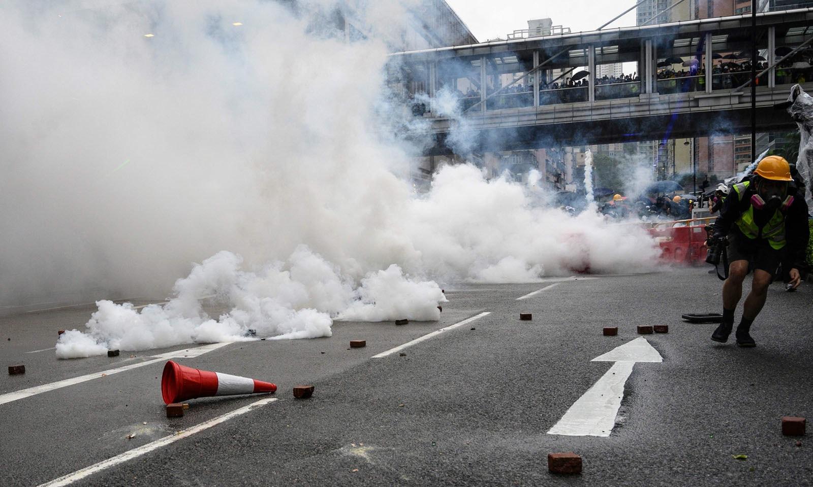 پولیس نے مظاہرین کو منتشر کرنے کے لیے آنسو گیس کا بھی استعمال کیا—فوٹو: اے ایف پی