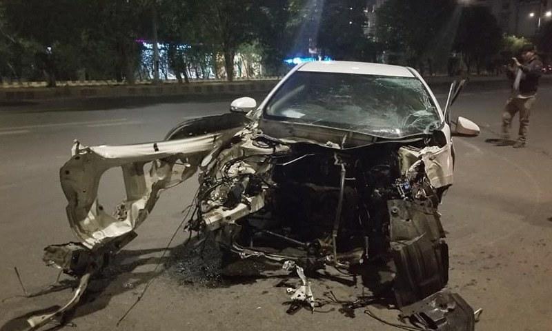 کار نے کئی کلا بازیاں کھائیں اور نوبیاہتا جوڑا موقع پر ہی دم توڑ گیا—فائل فوٹو: ڈان نیوز