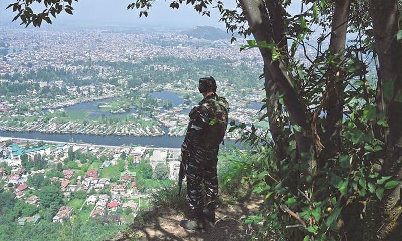 بھارتی فوجی پہاڑ سے مقبوضہ وادی کی نگرانی کر رہا ہے — فوٹو: اے ایف پی