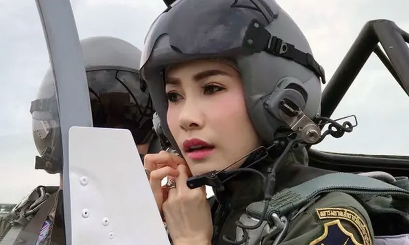 شاہی عہدے پر تعینات ہونے والی سنینات ونگوجری جنگی پائلٹ بھی رہی تھیں —فوٹو: رائٹرز