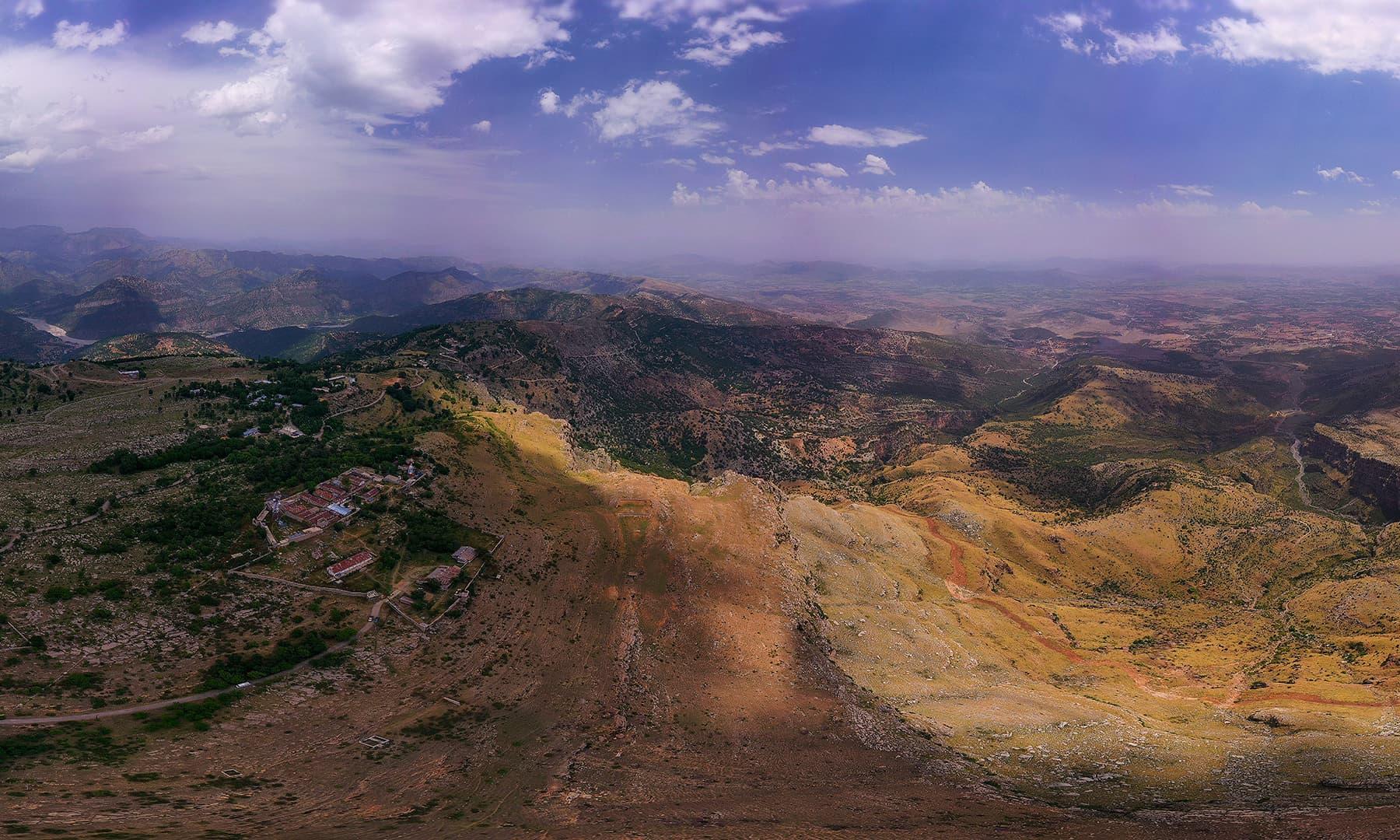 کوہِ سفید کا پہاڑی سلسلہ کرم ایجنسی یا کرم ڈسٹرکٹ کو افغانستان سے جدا کرتا ہے