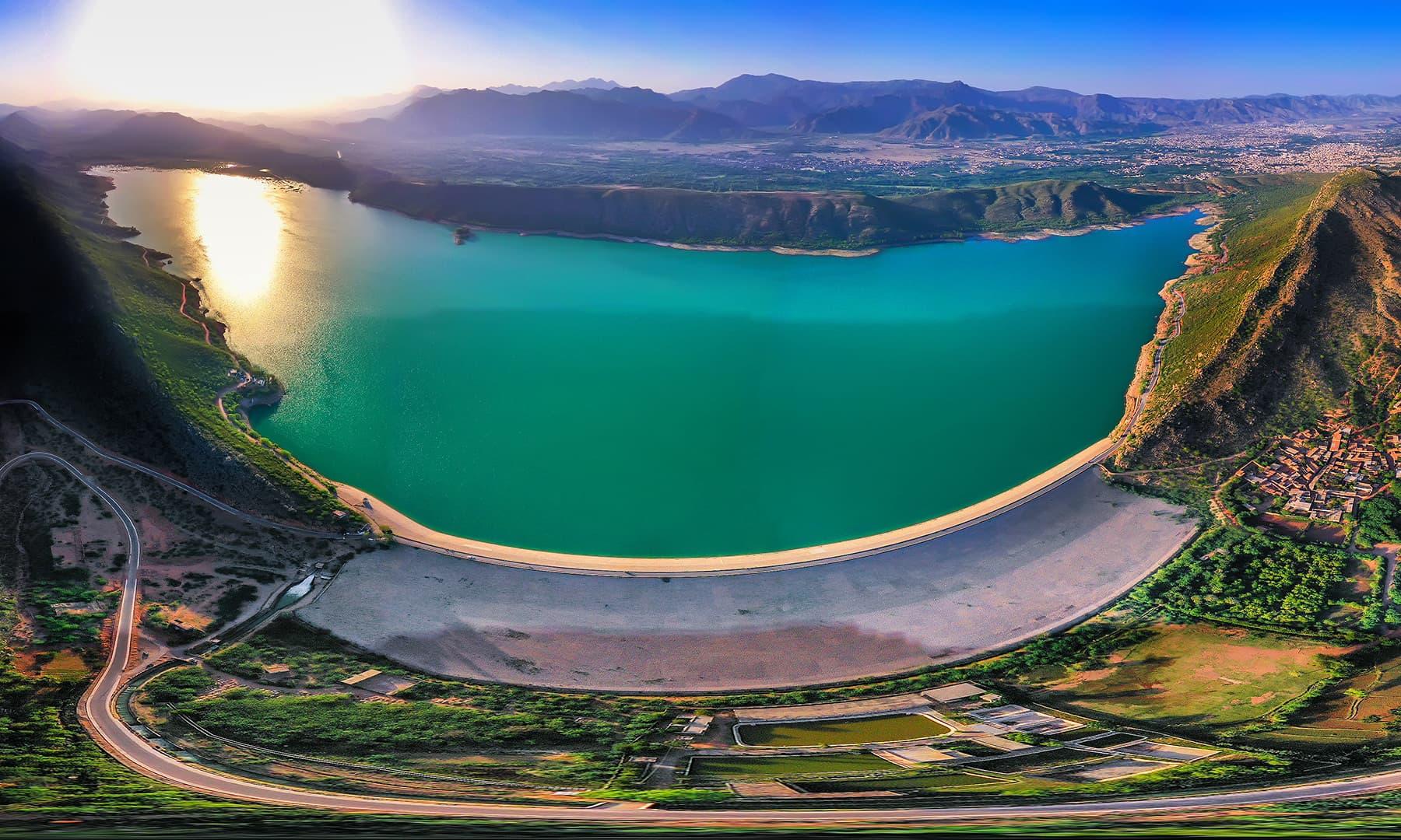 سورج کی کرنیں ڈیم سے بنی جھیل کے پانیوں پر ناچ رہی تھیں