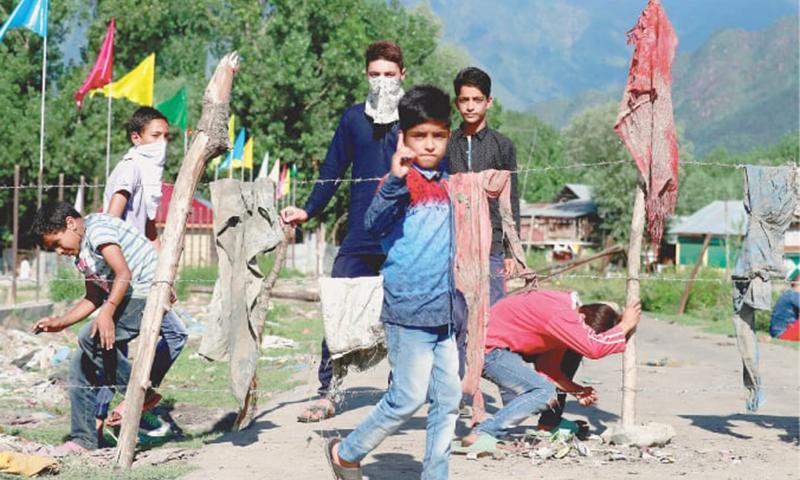 نو عمر کشمیریوں نے سری نگر میں واقع اپنے علاقے کے داخلی راستے کو خاردار تاروں سے بند کردیا ہے