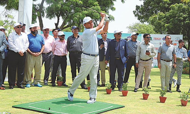 COMMANDER Karachi Vice Admiral Mohammad Amjad Khan Niazi does a ceremonial tee-off after declaring open the 24th CNS Open Golf Championship at the Karachi Golf Club on Tuesday.—APP
