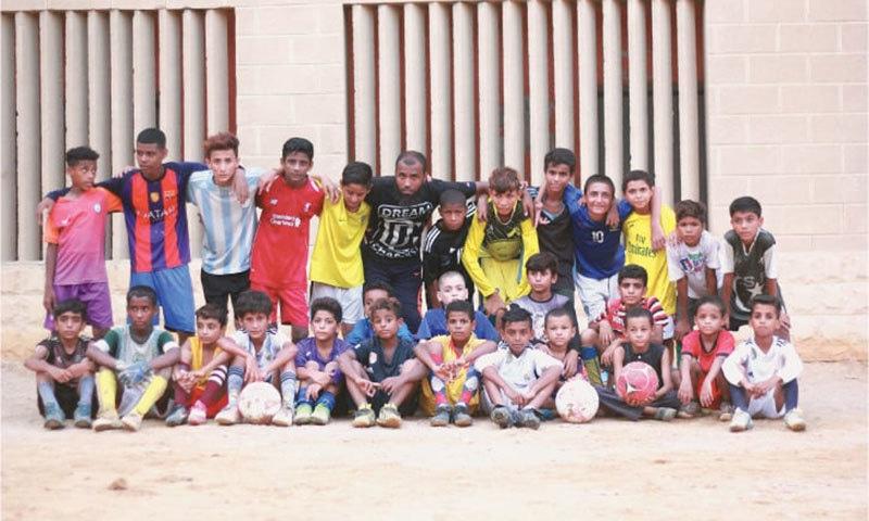 کوچ مراد اور ان کے زیرتربیت کم سن فٹ بال کھلاڑی۔