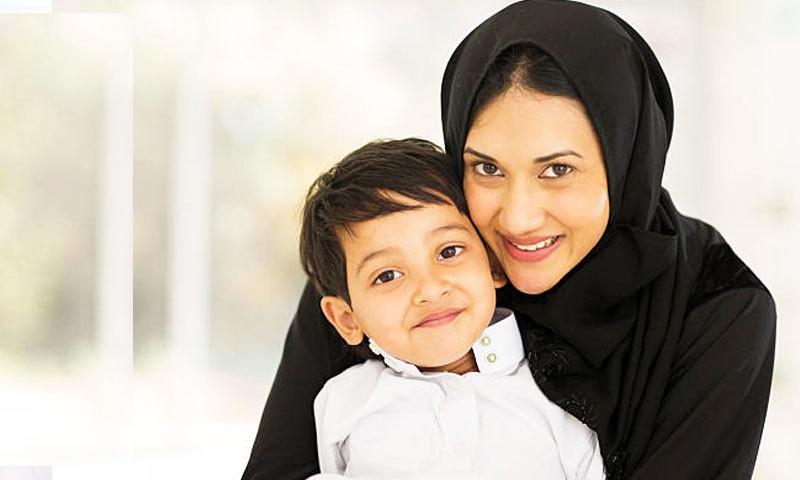 مشرقی والدین زیادہ تر بچے کی اخلاقی تربیت پر دھیان دیتے ہیں—فوٹو: شٹر اسٹاک