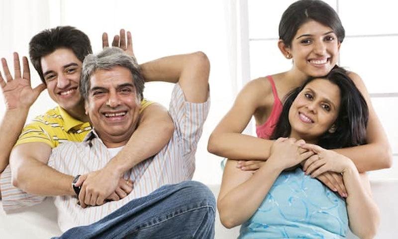 مشرقی والدین بچے کو بڑا ہونے کے باوجود ہی چھوٹا سمجھتے ہیں—فوٹو: انڈیا ٹی وی