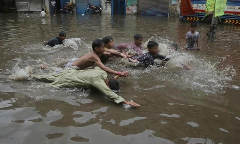 بچے بارش کے پانی میں نہارہے تھے کہ ڈوب کر جاں بحق ہوگئے—فائل فوٹو: اے پی