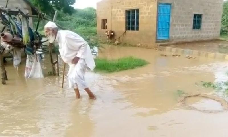 نشیبی علاقے زیر آب آنے سے مکینوں کو سخت مشکلات کا سامنا—تصویر ڈان نیوز