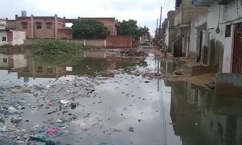 شہر میں سیوریج کا نظام خراب ہونے کے باعث گندگی کے ڈھیر بیماریاں پھیلا رہے ہیں—تصویر: ڈان نیوز