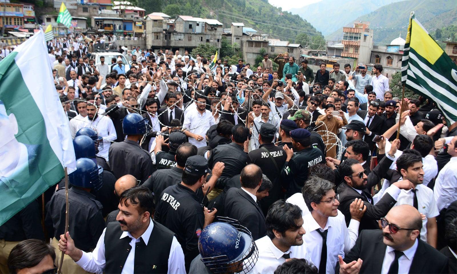 آزاد کشمیر میں کشمیریوں سے یکجہتی کے اظہار کے لیے ریلیاں نکالی گئیں — فوٹو: اے پی
