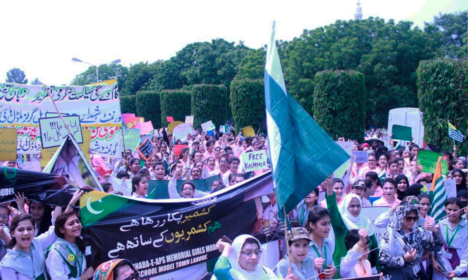 لاہور میں تعلیمی اداروں کی جانب سے بھی  کشمیر آور منایا گیا — فوٹو: پی ٹی آئی ٹوئٹر