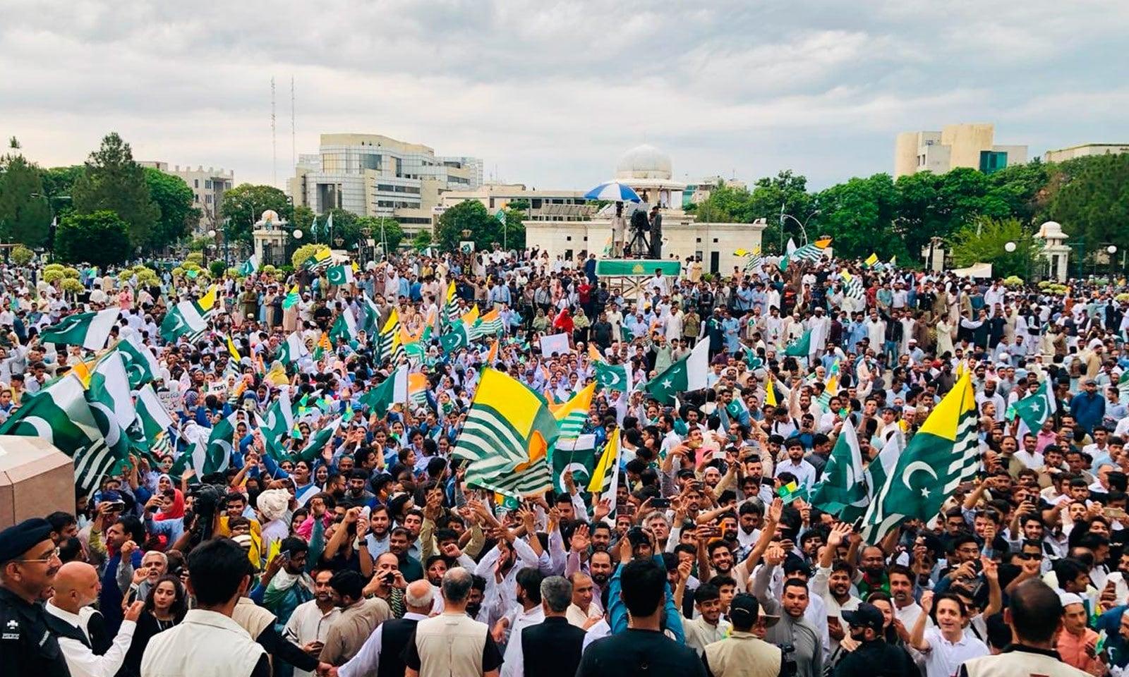 وزیراعظم سیکریٹریٹ کے باہر  عوام کی بڑی تعداد نے کشمیریوں سے اظہار یکجہتی کیا  — فوٹو: پی ٹی آئی ٹوئٹر