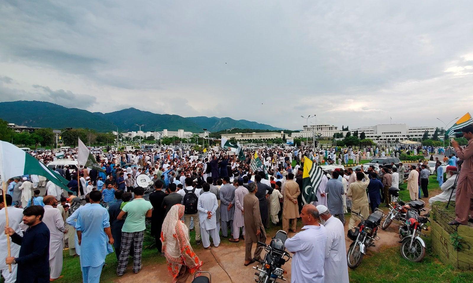پاکستان اور آزاد جموں و کشمیر کا قومی ترانہ بھی بجایا گیا—  فوٹو: پی ٹی آئی ٹوئٹر