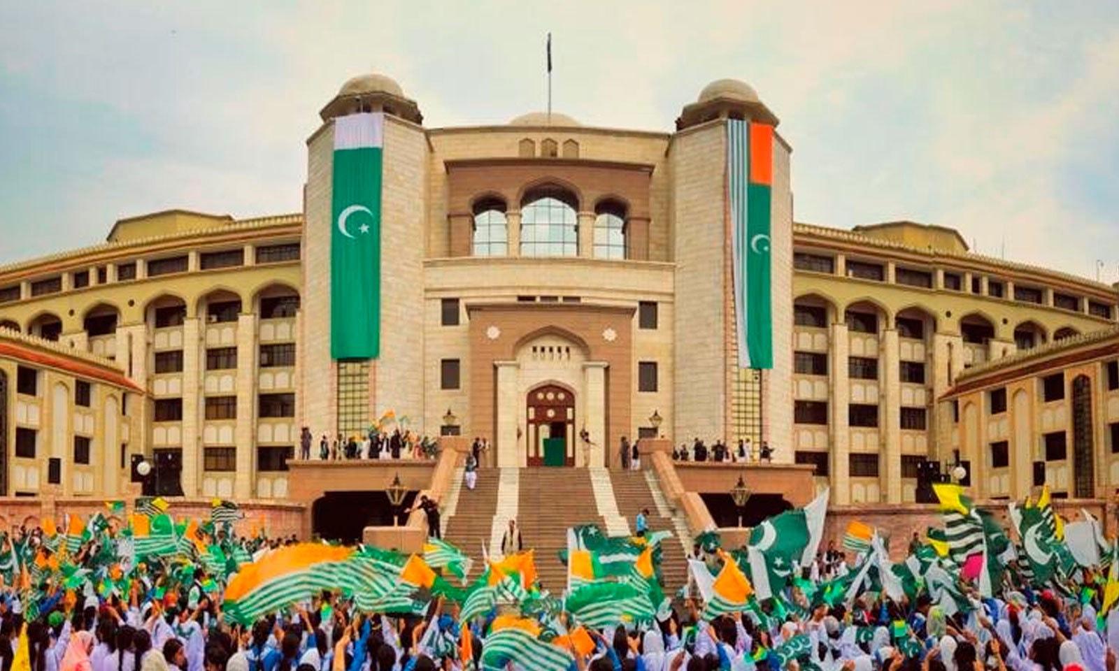 وزیراعظم  عمران خان کی اپیل پر ملک بھر میں کشمیر آور منایا  گیا — فوٹو: پی ٹی آئی ٹوئٹر
