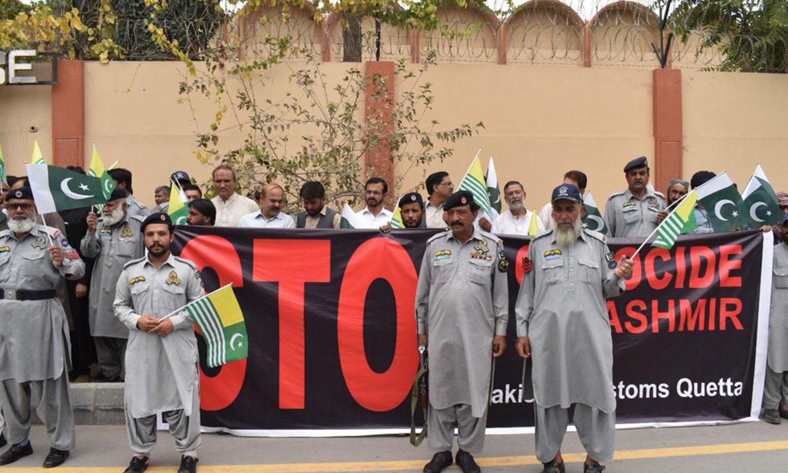 بلوچستان کے غیور عوام بھی کشمیریوں سے اظہارِ یکجہتی کے لیے سڑکوں پر نکل آئے— فوٹو: علی شاہ