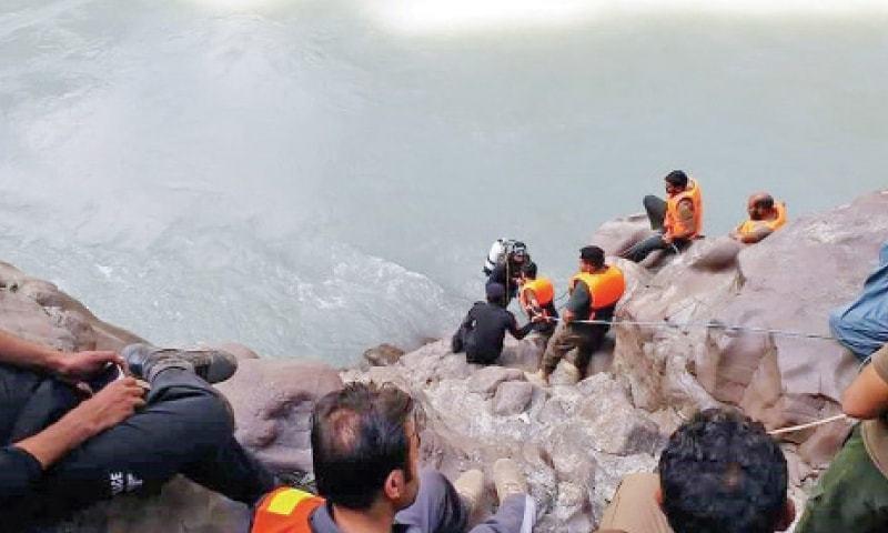 دریا میں سے 4 لاشیں نکالی جا چکی ہیں جبکہ دیگر لاشوں کی تلاش جاری ہے—فوٹو: ڈان نیوز