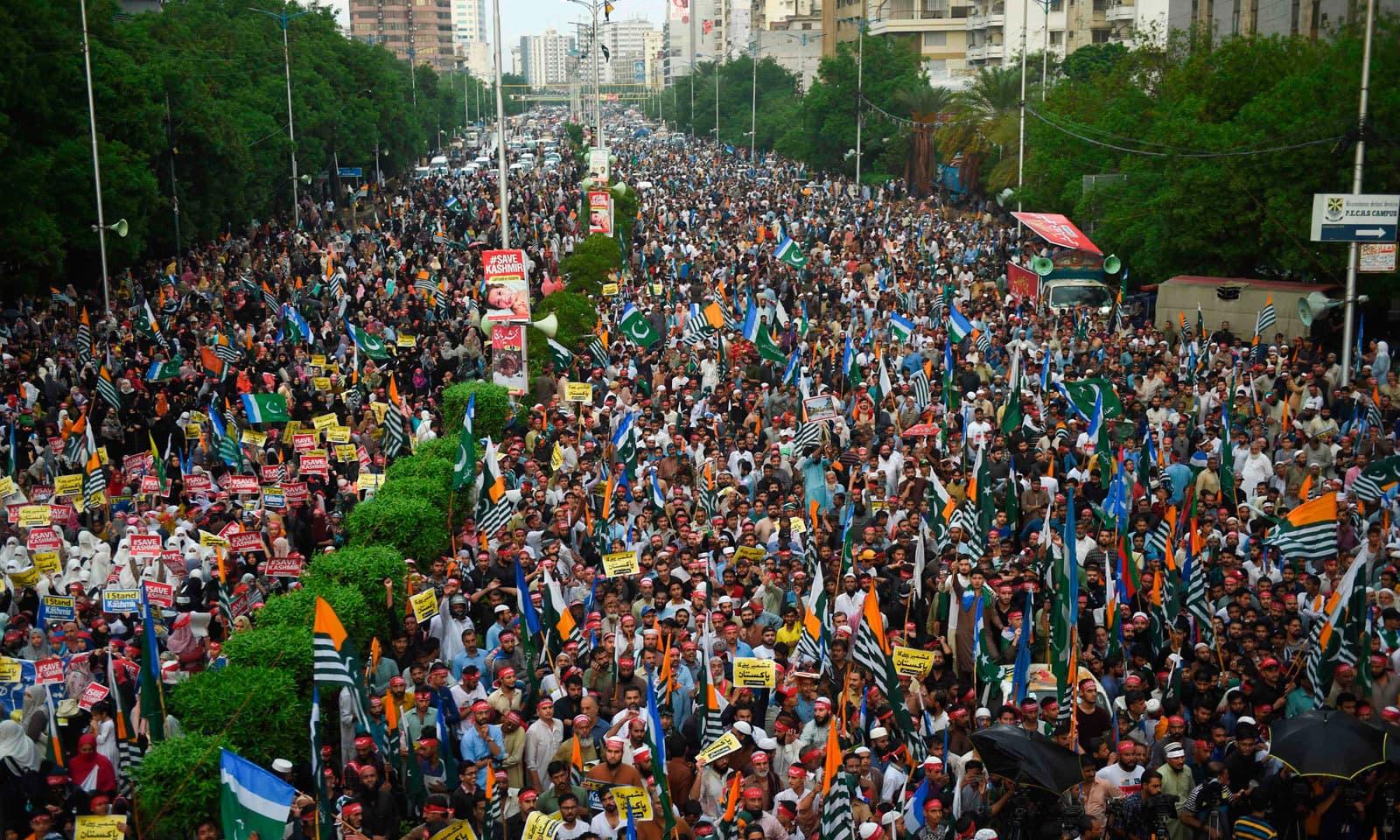 بھارت کے سنگین مظالم کے خلاف شاہراہ فیصل پر آزادی کشمیر مارچ کا انعقاد کیا گیا — فوٹو: اے ایف پی