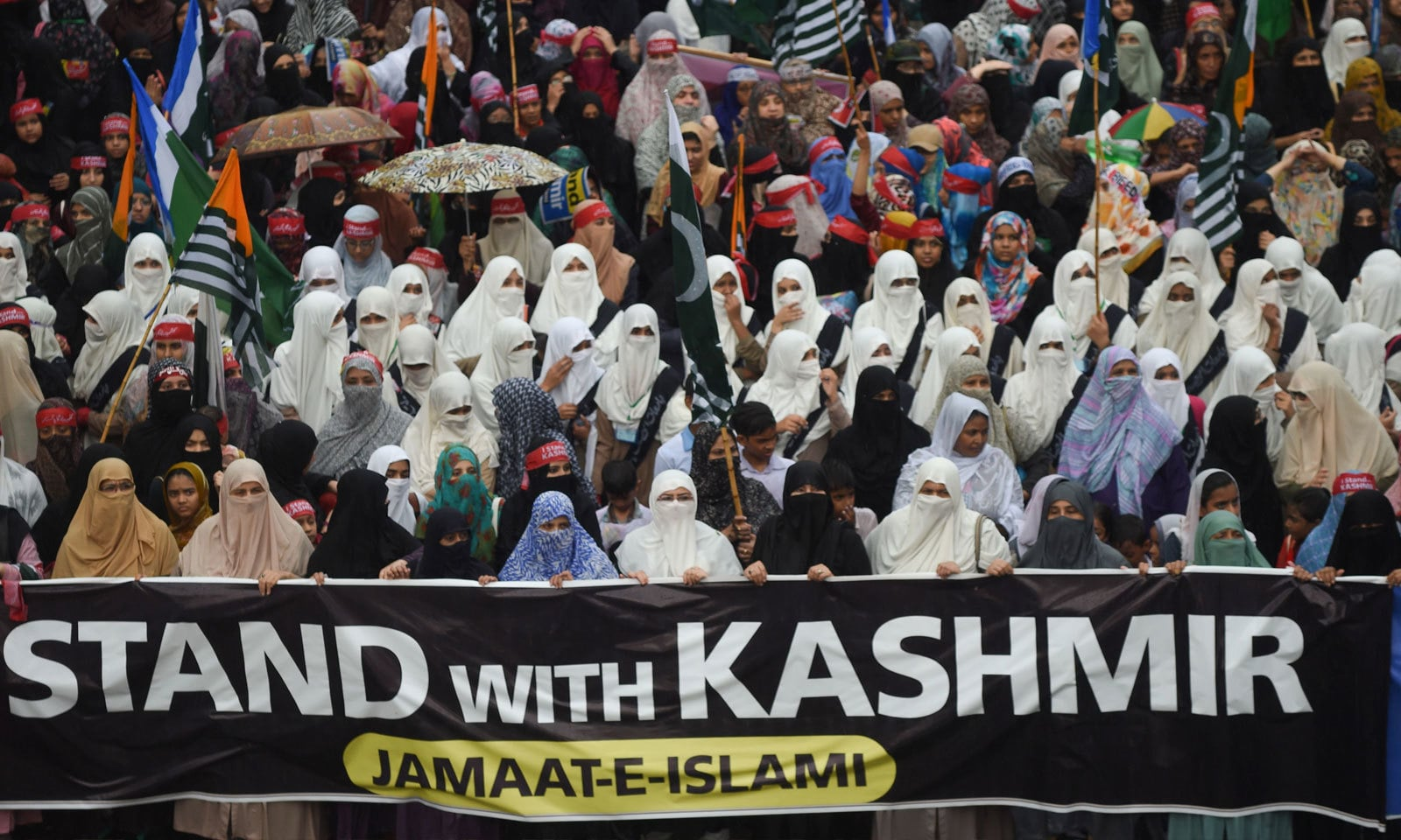 آزادی کشمیر مارچ میں خواتین کی بڑی تعداد نے بھی شرکت کی — فوٹو: اے ایف پی