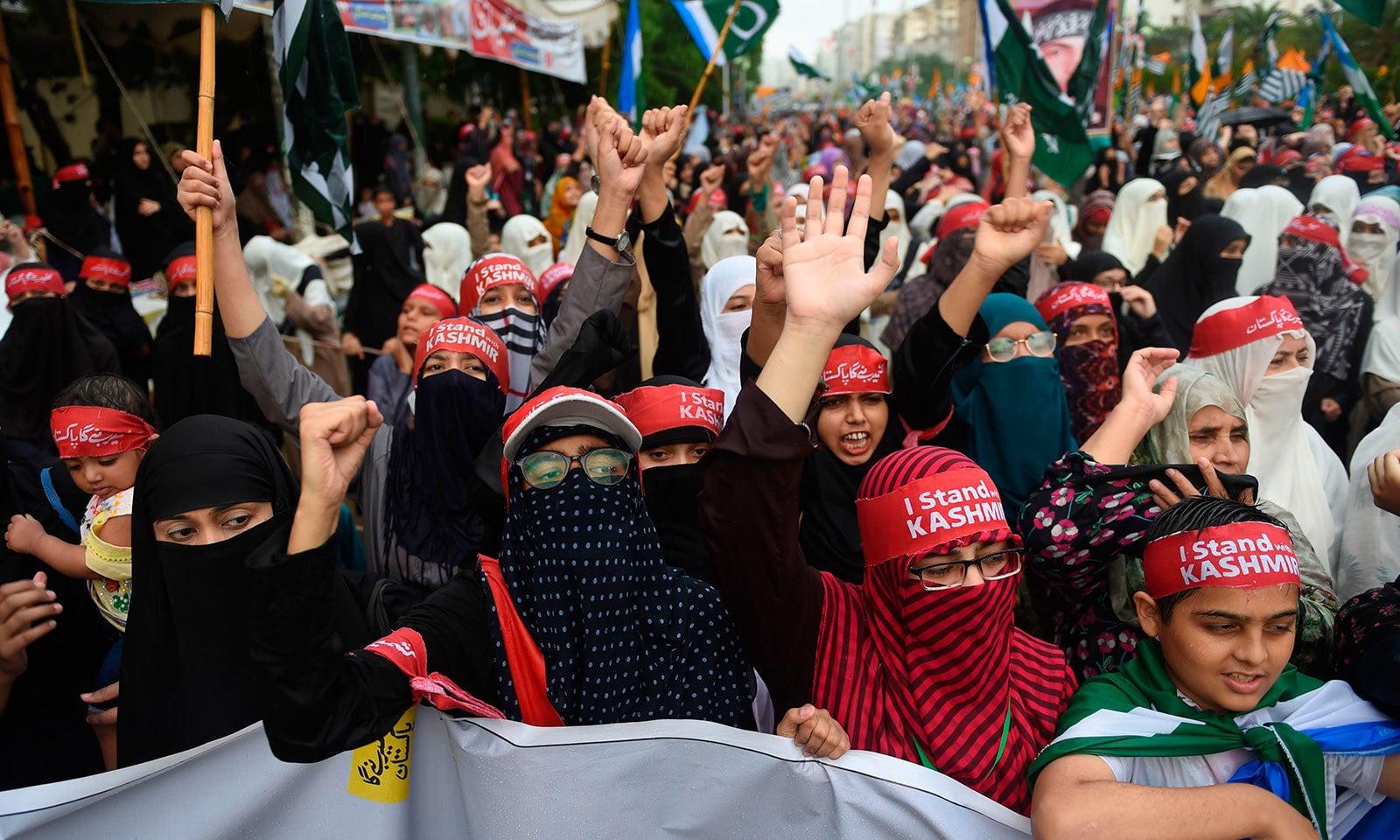 جماعت اسلامی کی آزادی کشمیر  ریلی میں خواتین اور بچوں کی بڑی تعداد بھی شریک تھی—فوٹو:اے ایف پی
