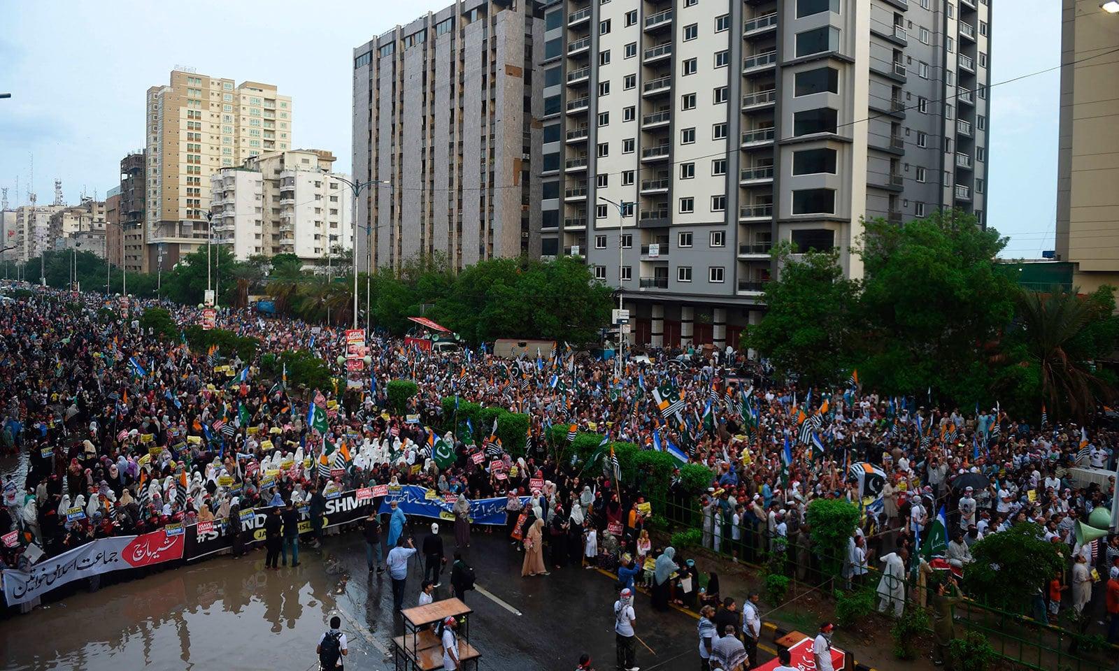 کراچی میں موسلادھار بارش کے باوجود ہزاروں افراد آزادی کشمیر ریلی میں شرکت کی—فوٹو:اے ایف پی