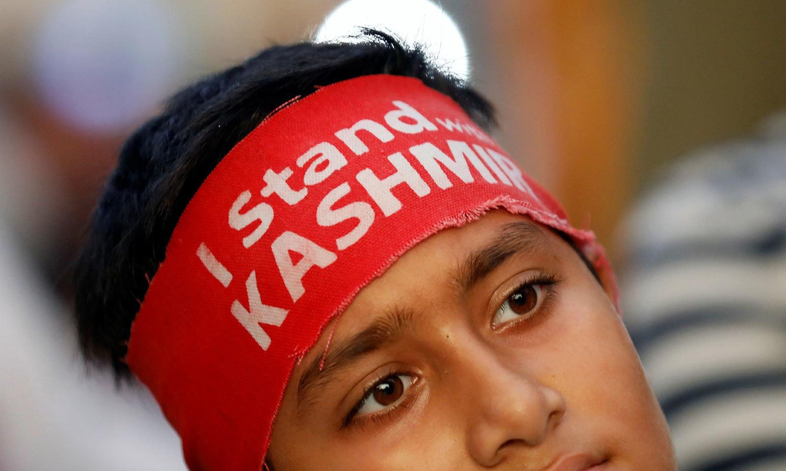 ریلی کے شرکا نے کشمیر کی حمایت میں بینرز اٹھا رکھے تھے اور بھارت کے خلاف نعرے لگائے—فوٹو:رائٹرز