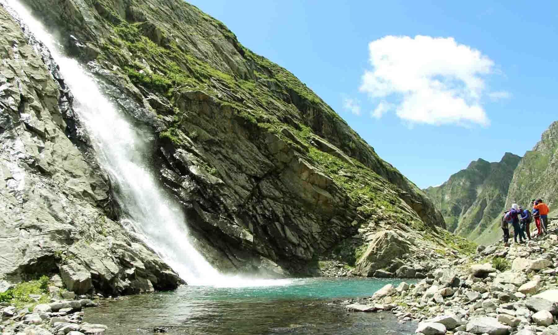 مستیج جھیل کے راستہ میں آنے والی آبشار، جسے متفقہ طور پر مستیج آبشار کا نام دیا گیا