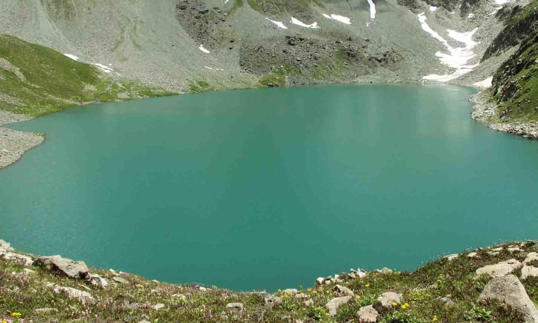 مستیج جھیل کی پہاڑی سے لی جانے والی تصویر