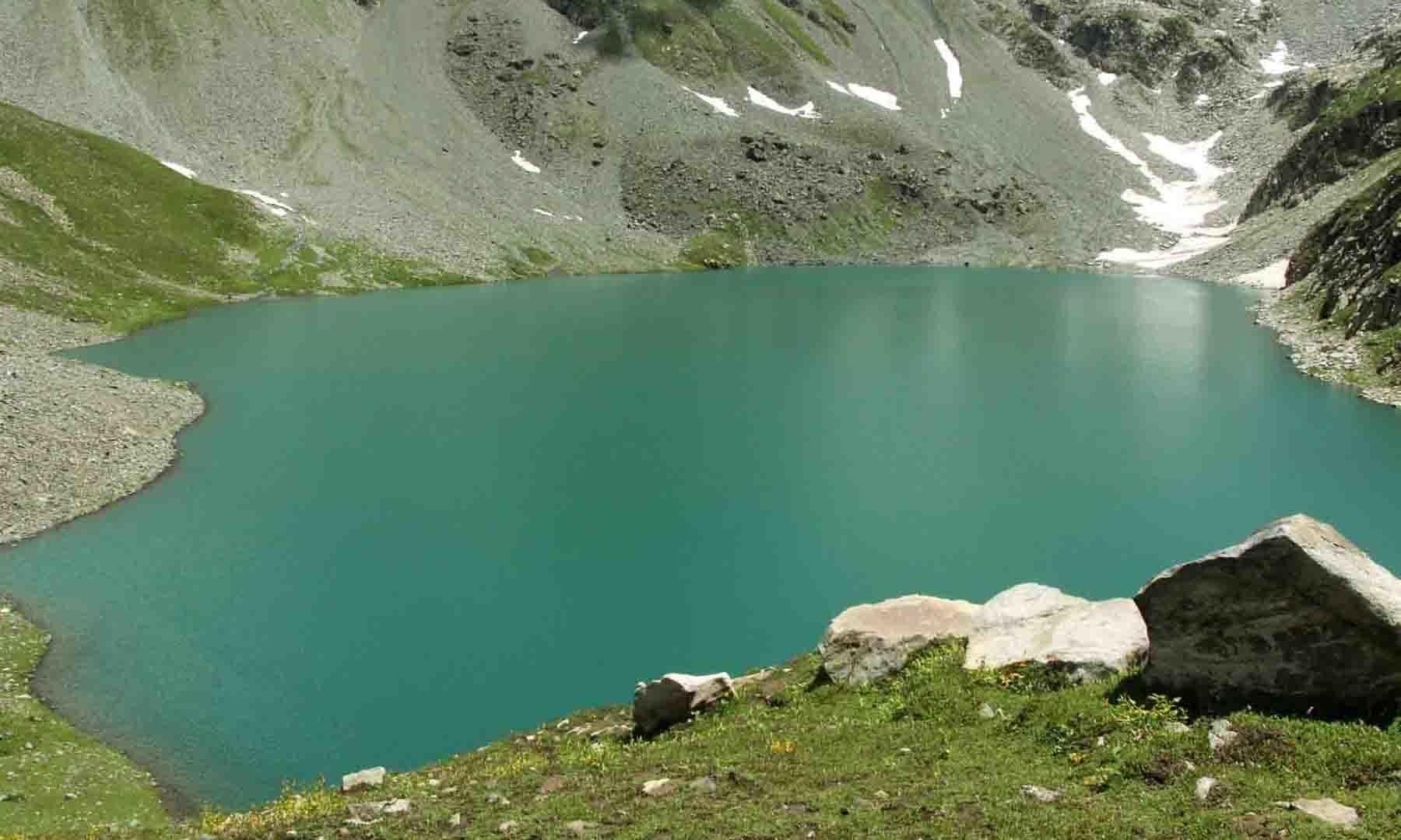 مستیج جھیل کی ایک اور زاویہ سے لی جانے والی تصویر