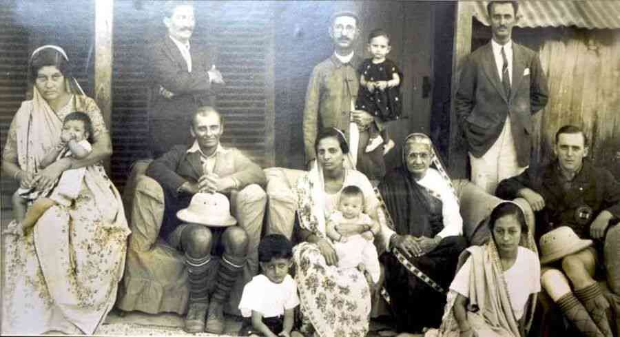 Sztavjanik with Davar's family in Bombay.