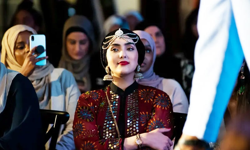 فیشن شو میں معروف ماڈلز نے ملبوسات پیش کیں—فوٹو: دی گارجین