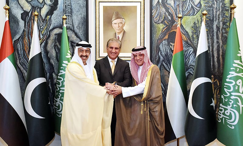 Foreign Minister Shah Mahmood Qureshi, Saudi Minister of State for Foreign Affairs Adel bin Ahmed Al-Jubeir (R) and Minister of Foreign Affairs and International Cooperation of the UAE Sheikh Abdullah bin Zayed bin Sultan al-Nahyan (L) shake hands at the Foreign Office. — AFP
