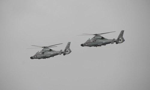 پاکستان نیوی کے ہیلی کاپٹر پی این ایس قاسم میں یوم بحریہ کی تقریب میں پرواز کرتے ہوئے — فوٹو: بشکریہ پاک بحریہ