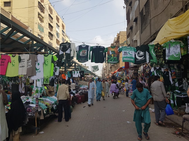 Pavement market for clothes in Saddar | Arif Hasan