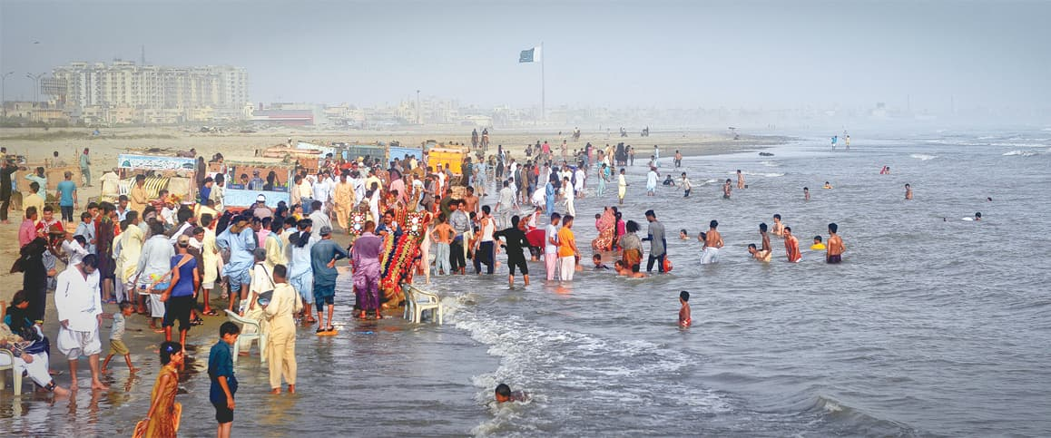 Residents of Karachi beat the heat at Seaview | White Star