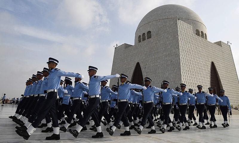 قائد اعظم محمد علی جناح کے مزار پر فضائیہ کے کیڈٹس نے فرائض سنبھالے —تصویر:اے ایف پی
