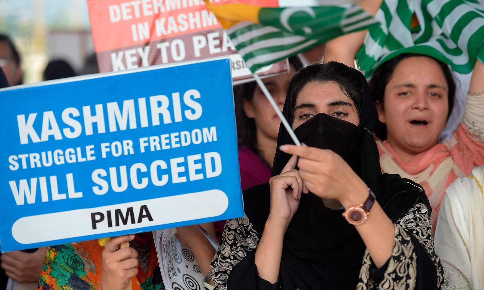 اسلام آباد میں ڈاکٹروں اور پیرامیڈیکل اسٹاف نے  کشمیریوں سے اظہار یکجہتی کیا  — فوٹو: اے ایف پی
