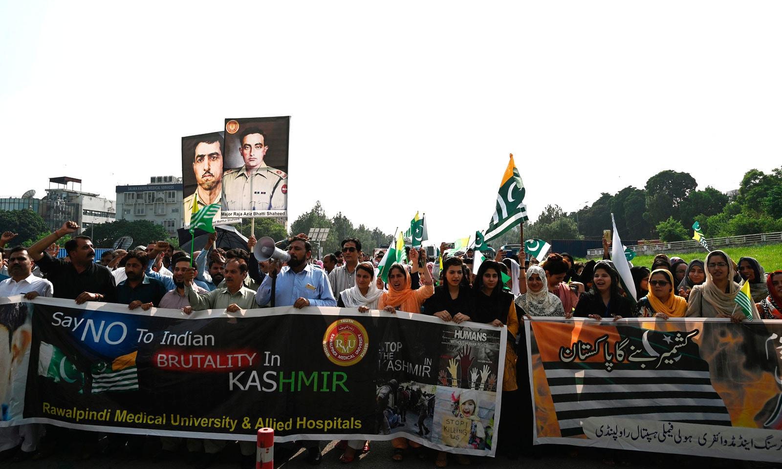 ڈاکٹروں اور پیرامیڈیکل استاف نے کشمیریوں کو ادویات کی عدم فراہمی کے خلاف احتجاج کیا — فوٹو: اے ایف پی