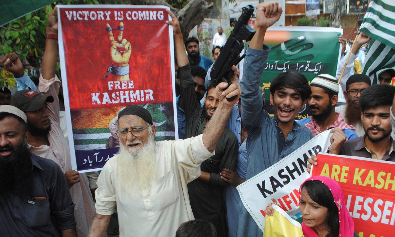 حیدرآباد میں بھی کشمیریوں سے اظہار یکجہتی کے لیے ریلی نکالی گئی — فوٹو: اے پی