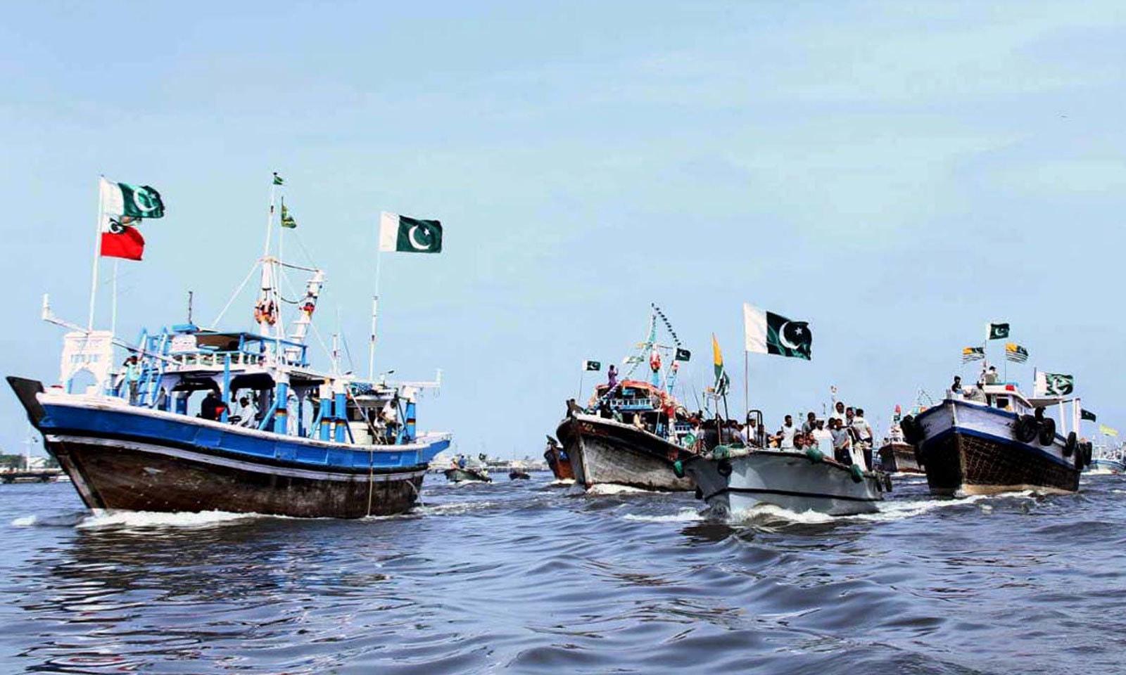 کراچی کے ساحل پر یوم دفاع کے موقع پر بوٹ ریلی کا انعقاد کیا گیا — فوٹو: اے پی پی
