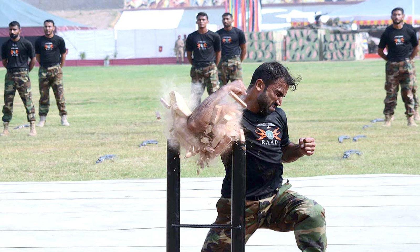 یوم دفاع کے موقع پر پشاور کے کرنل شہید خان اسٹیڈیم میں تقریب کا انعقاد کیا گیا — فوٹو: اے پی پی